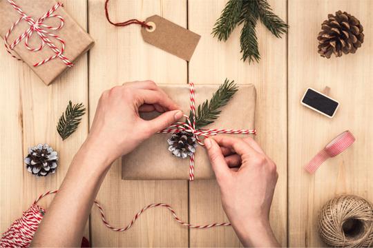 Geschenk mit Packpapier verpacken