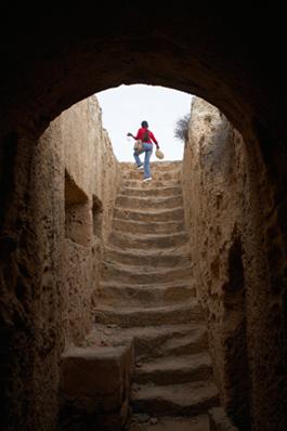 Steile Treppen hinab in die Königsgräber von Paphos