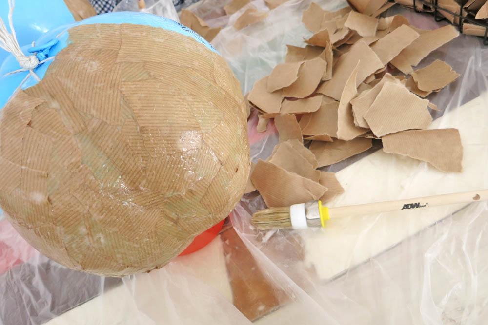 Luftballon mit Pappmaschee bekleben