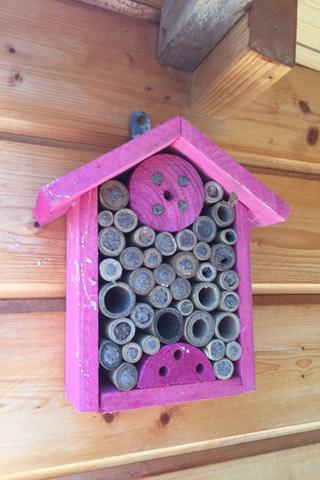 pinkes Insektenhotel für Wildbienen