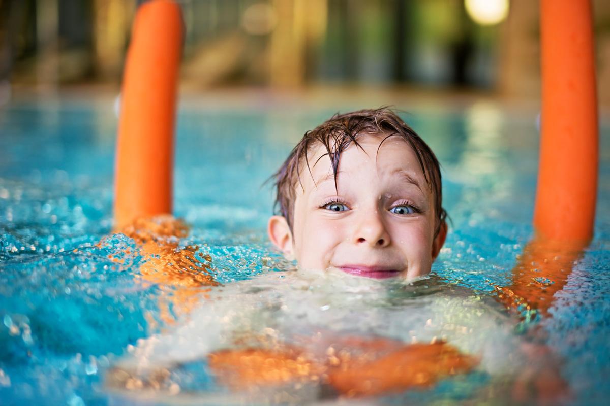 Junge kann nicht richtig schwimmen