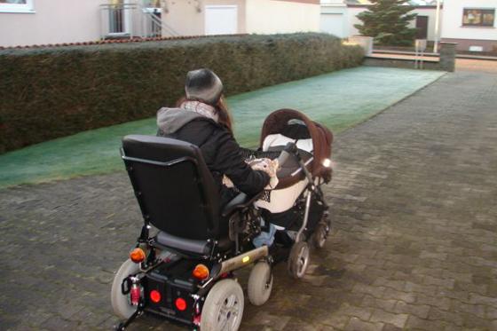 Mama im E Rollstuhl
