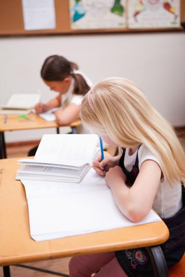 Kind im Klassenraum