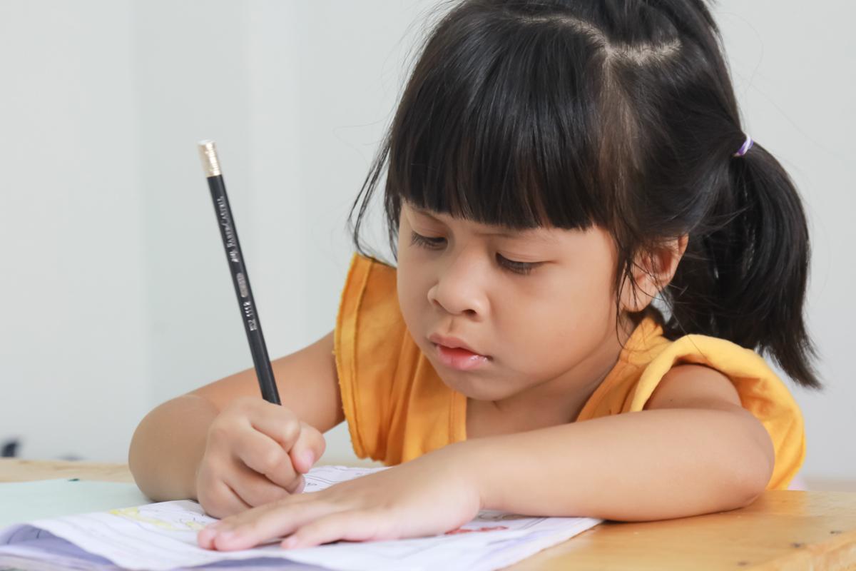 Kleines Mädchen übt Schreiben