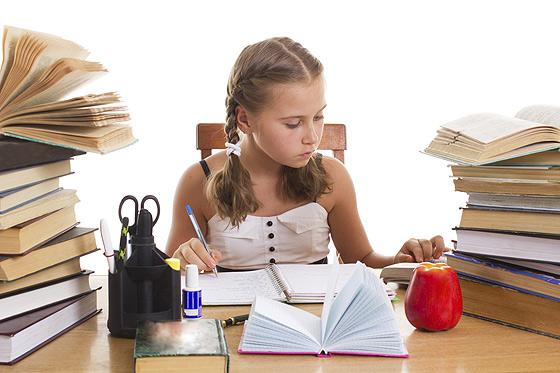 Bei Schulnoten ist übertriebener Ehrgeiz falksch: wie Eltern ihre Kinder bremsen können.