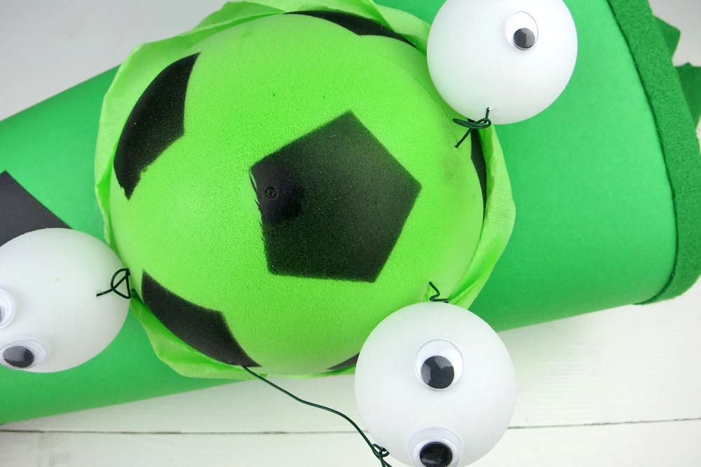 Fußballschultüte basteln Schritt 3