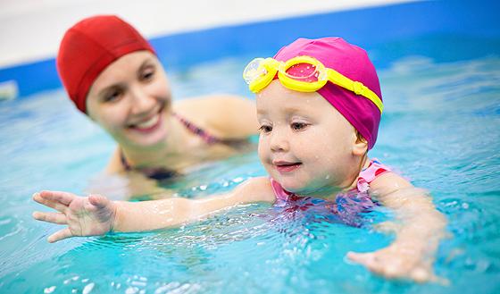 Schwimmen lernen: Mutter und Kind