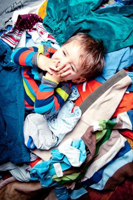 Junge spiel in Klamotten: Second Hand für Kinder