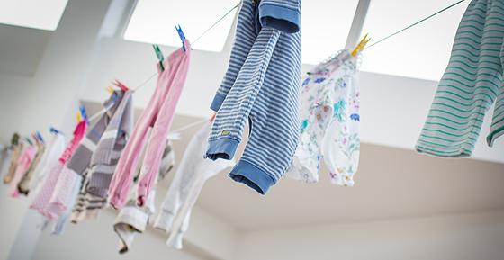 Second Hand Shops: Kinderklamotten auf Wäscheleine