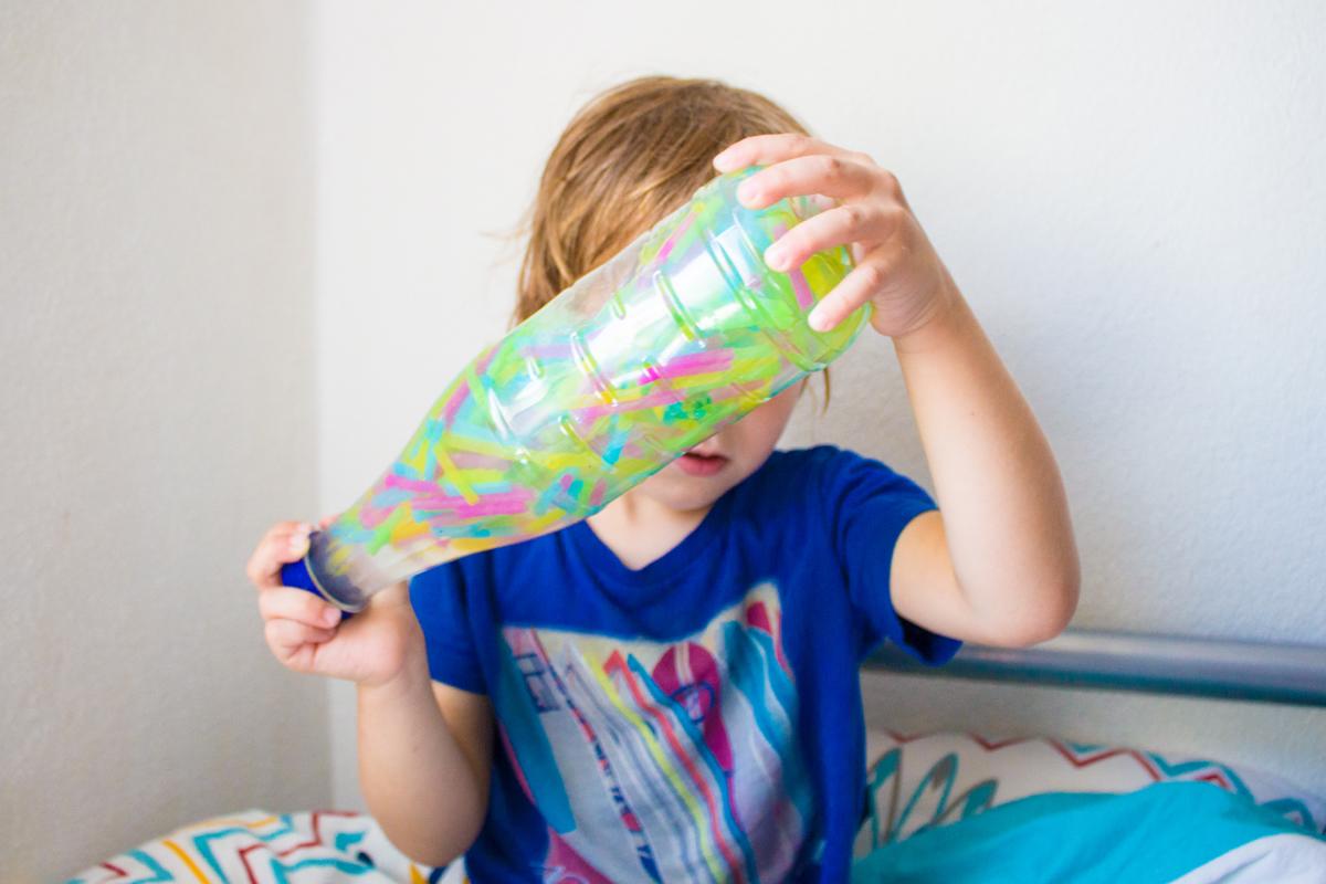 Sensory Bottles mit Strohhalmen