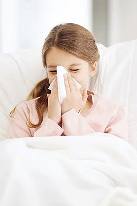 Sommergrippe: Mädchen putzt sich die Nase
