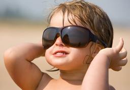 Kleinkind mit Sonnenbrille