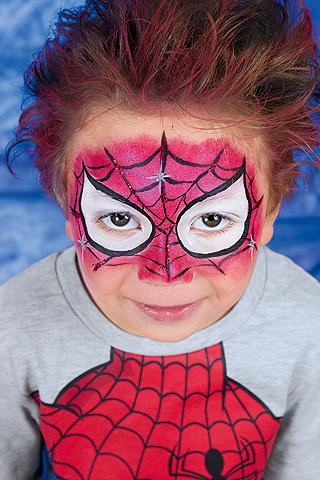 Spiderman Schminkanleitung: Spinnennetz aufmalen
