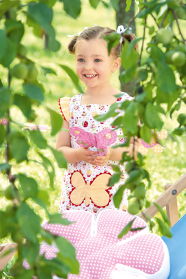 Mädchen spielt im Garten mit Spielzelt