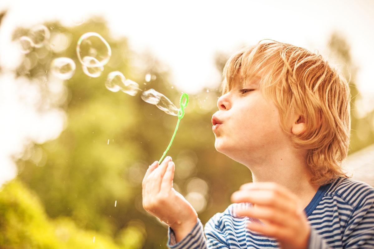 Spielzeug für 6-Jährige: Junge mit Seifenblasen