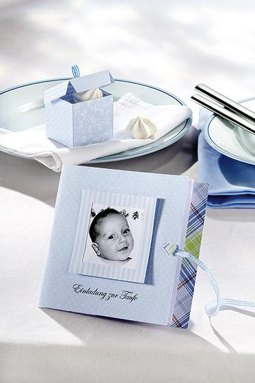 Es ist ein Junge blaue Einladungskarten zur Taufe