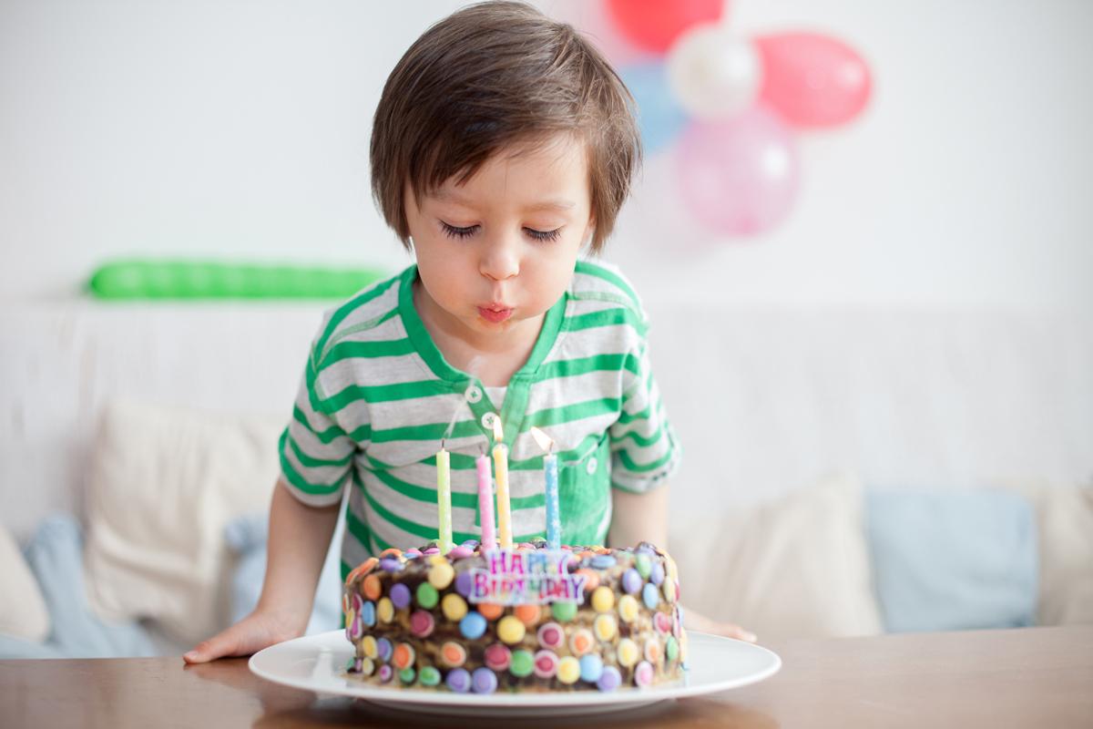 Kindergeburtstag feiern: Spiele, Motto & Rezepte - Familie.de