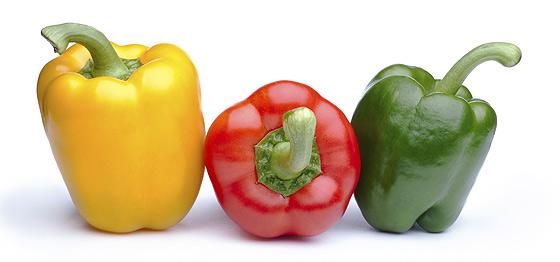 Grüne, gelbe und rote Paprikaschoten