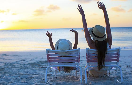 Mama und Tochter am Strand