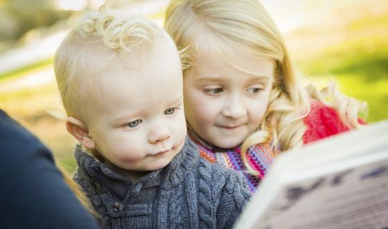 Geschwistern wird Märchen vorgelesen