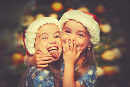 Mädchen mit Weihnachtsmützen