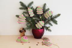 Weihnachtsgirlande basteln aus Muffinförmchen