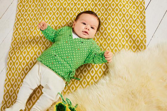 Einfache Wickeljacke fürs Baby nähen - Familie.de
