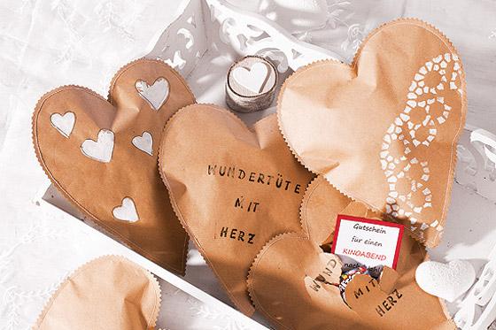 Geschenke verpacken: Wundertüte mit Herz