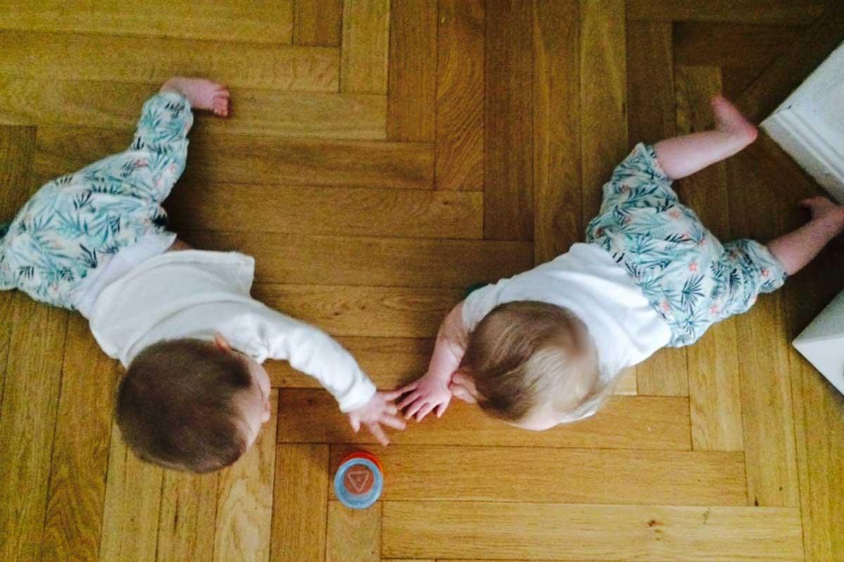 Zwillinge im Krabbelalter