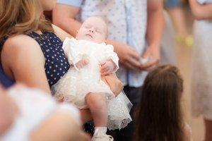 Taufe ohne Kirche: Kann ein Kind konfessionsloser Eltern getauft werden?