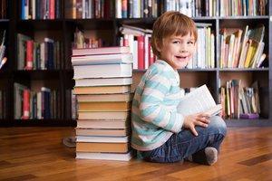 Junge in der Bücherei