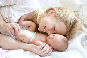 Dein Baby im Arm lässt dich die Unannehmlichkeiten rund um die Geburt schnell vergessen.