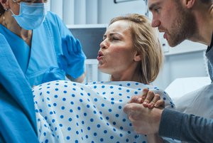Eine Geburt ist ein natürlicher Vorgang. Nur in seltenen Fällen kann es währenddessen zu Komplikationen kommen.