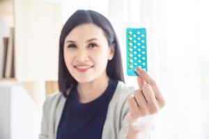 Pille durchnehmen: Frau mit Pillenpackung