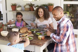 Familie isst zusammen
