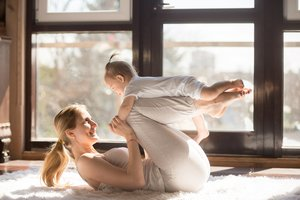 Fit in den Tag - morgens ist die beste Zeit für Gymnastik mit dem Baby.