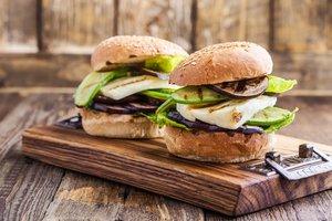 Veggie-Burger mit Halloumi und Grillgemüse