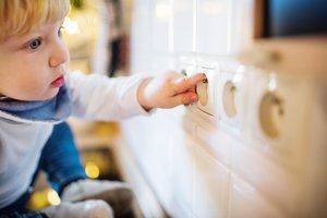 Viele Gefahrenquellen im Babyzimmer kann man im Vorfeld ausschalten.