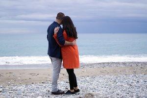 Nach Fehlgeburt wieder schwanger werden: Nachdenkliches Paar am Strand