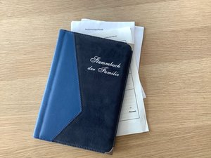 Wichtige Abstammungsdokumente - gesammelt und gut aufbewahrt im Familienstammbuch.