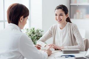 Progesteron-Tabletten: Eine junge Frau lässt sich beraten