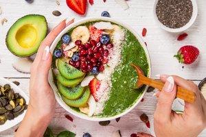 Früchte, Nüsse, Protein und Algen: Gesunde Mahlzeiten aus Superfoods sind in der Schwangerschaft wichtig.