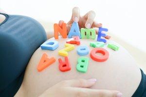 Namenspuzzle auf Babybauch