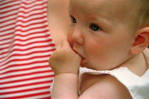 Daumenlutschen: Was bei Babys noch süß ist, kann später problematisch werden