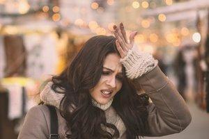 Schwanger trotz Pille: Frau schlägt sich an die Stirn