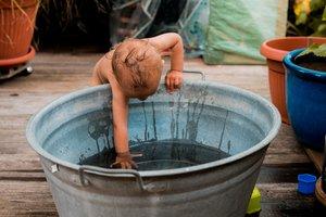 Wie dein Baby die Hitze gut übersteht: Abkühlung für Babys und Kleindkinder