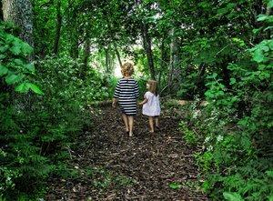 Barfuß im Park ... nicht nur für Kinder ein Riesenspaß.
