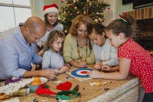Eine Familie spielt an Silvester.