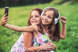 Tik Tok App: Zwei Mädchen machen ein Selfie