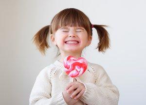 Mädchen freut sich über einen Lolly